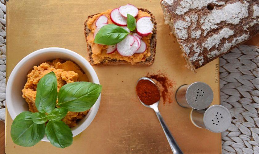 Domowy hummus pomidorowy z ciecierzycy