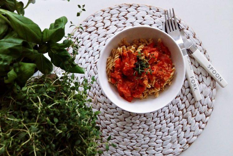 Makaron z ciecierzycy z sosem pomidorowym